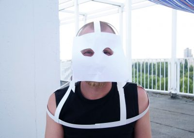 A participant with a rough skeleton of his mask, 2008. Foto: Becky Yee