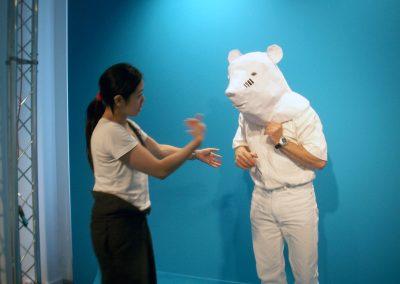 Yee rehearsing reenactment of a participant's animal, 2008. Foto: Yuka Oyama