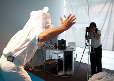 Yee documenting a participant's performance, 2008. Foto: Yuka Oyama